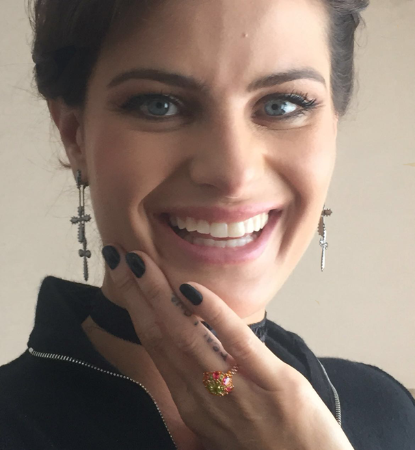 Isabeli Fontana mostra joia desejo que ela ganhou do maridón Di Ferrero (Foto: Glamour )