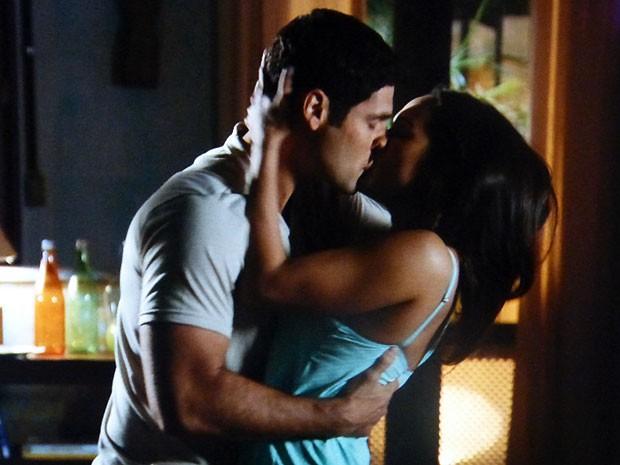 Isabel e Rodrigo não resistem à atração (Foto: Flor do Caribe / TV Globo)