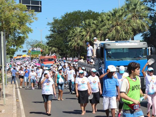 Jovens com coletes da organização estavam espalhados durante a caminhada (Foto: Gustavo Almeida/G1)