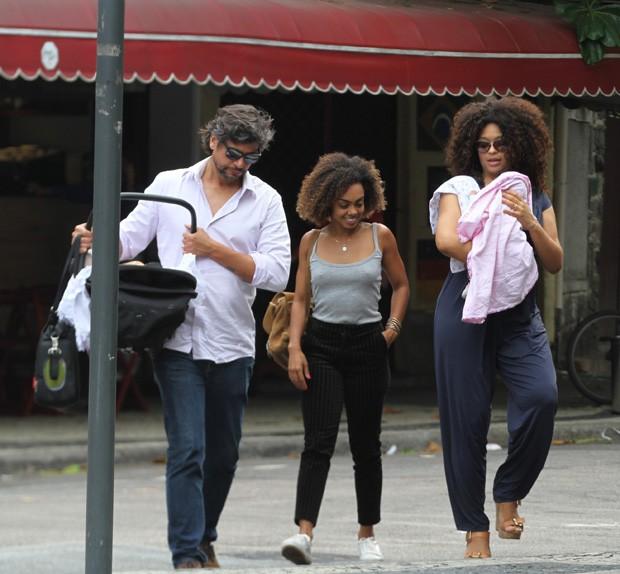 Juliana Alves com o marido e a filha (Foto: Thiago Martins/Agnews)