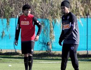 Luan e Ronaldinho Gaúco Treino Atlético-MG  (Foto: Léo Simonini)