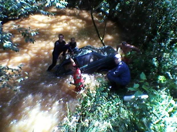 Carro foi retirado pelos bombeiros, que encontraram os corpos (Foto: Jodil Duarte/São Lourenço News)