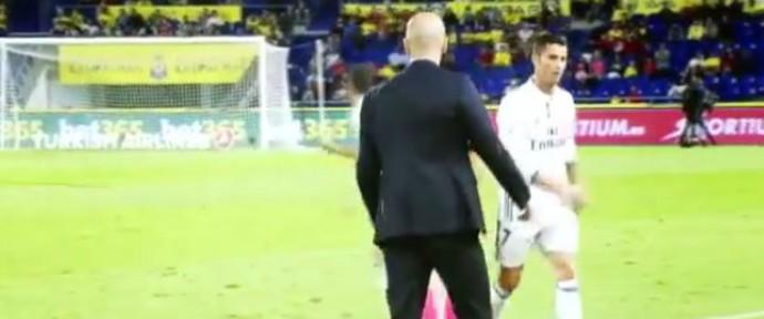 Cristiano Ronaldo na saída do gramado (Foto: reprodução)