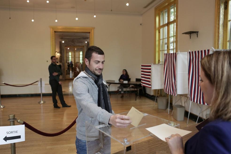 Franceses que vivem nos Estados Unidos já comparecem às urnas para votar no segundo turno das eleição presidencial francesa. Na foto, eleitor vota no Consulado Francês em Nova York na manhã deste sábado  (Foto: Reuters/Joe Penney)