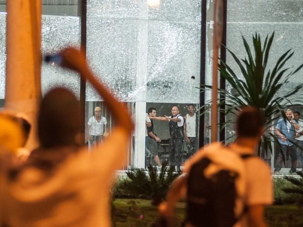 Funcionários de concessionária atacada por vândalos ficam acuados  (Foto: Alexandre Rezende/G1)