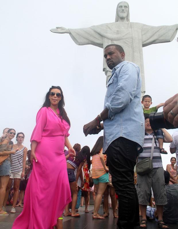 Kim Kardashian e Kanye West passearam pelo Rio de Janeiro e visitaram o Cristo Redentor neste sábado (9) de carnaval.  (Foto: Xande Nolasco/Estadão Conteúdo)