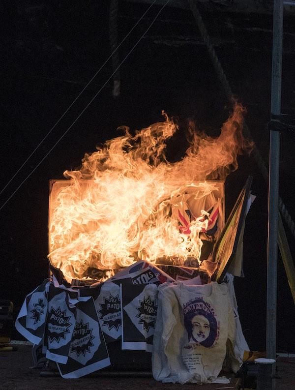 A caixa com itens do Sex Pistols avaliados em mais de 20 milhões de reais em chamas (Foto: Getty Images)