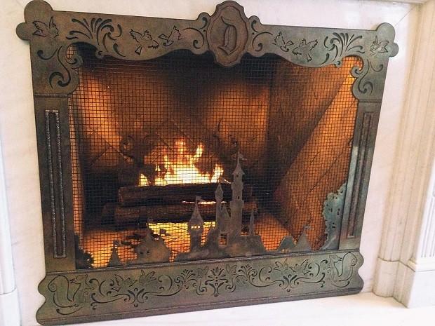 A grade da lareira traz o desenho do castelo da Bela e a Fera. O fogo artificial se transforma em pequenos fogos, assim como acontece todos as noites nos parques da Disney. Além disso, o relógio da sala badala a cada hora, no exato momento em que a lareir (Foto: Reprodução/Instagram)