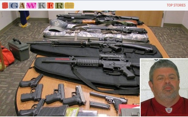Timothy Courtois, detido em Maine, e as armas encontradas na casa dele, em imagem do Gawker (Foto: Reprodu&#231;&#227;o)