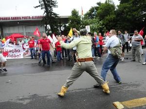 Tumulto em frente de garagem da Carris em Porto Alegre (Foto: Ronaldo Bernardi/Agência RBS)