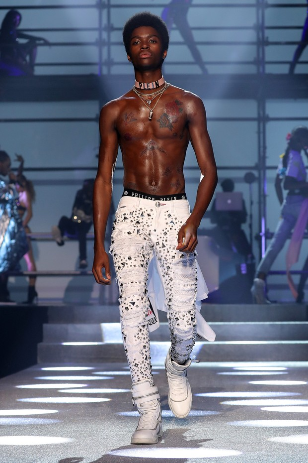 NEW YORK, NY - SEPTEMBER 09:  A model walks the runway at the Philipp Plein fashion show during New York Fashion Week: The Shows at Hammerstein Ballroom on September 9, 2017 in New York City.  (Photo by JP Yim/Getty Images For NYFW: The Shows) (Foto: Getty Images For NYFW: The Shows)