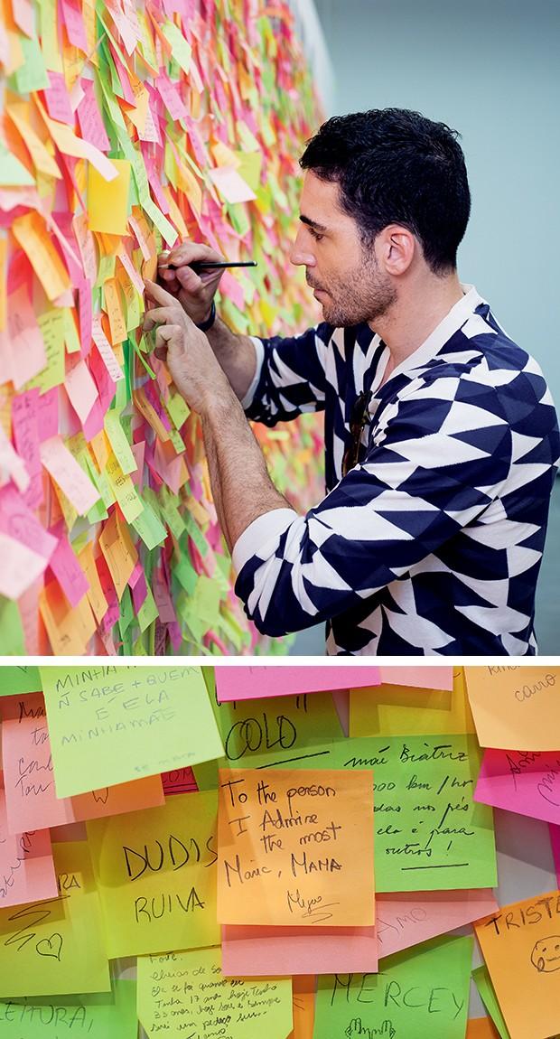 Miguel escreve um recado para sua mãe, Maria, na peça Mamãe É Linda  (Foto:  )