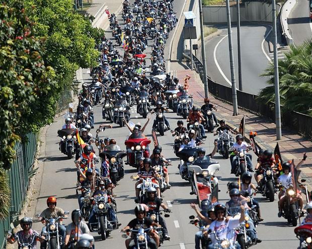Motociclistas andam  pelas ruas de Barcelona no grande desfile de bandeira da Barcelona Harley neste domingo (7). O evento dura três dias e reúne milhares de pilotos e fãs de toda a europa (Foto: AFP/ Quique Garcia)