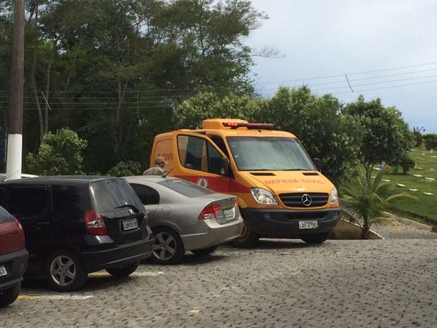 Carro da Defesa Civil estava no cemitério para levar corpo de Raquel para o IML (Foto: Henrique Coelho/G1)