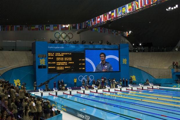 O americano Adrian Nathan aparece no telão durante a cerimônia de premiação dos 100 metros livre (Foto: Mauricio Lima/ÉPOCA)
