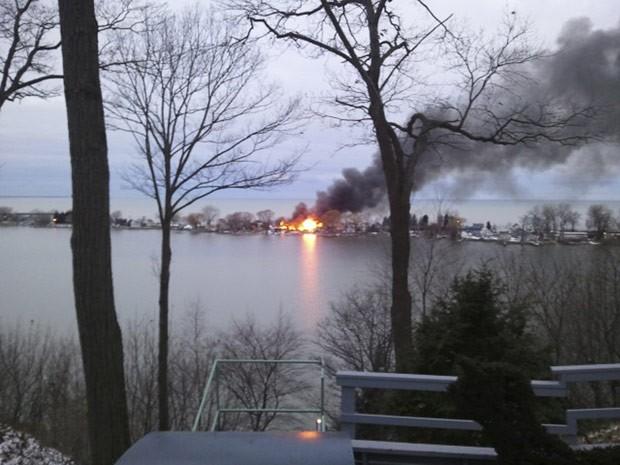 Chamas se erguem de incêndio em Webster, Nova York, nesta segunda-feira (24) (Foto: Reuters)