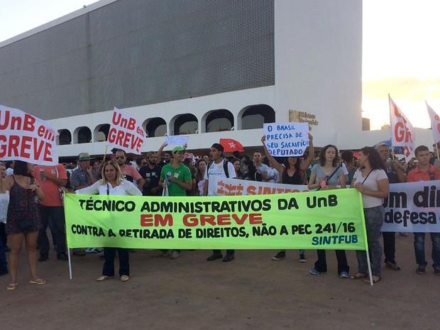 Servidores da UnB exibem faixas sobre greve na instituição; manifestantes protestaram contra a PEC 241 na Esplanada dos Ministérios (Foto: Mateus Vidigal/G1)