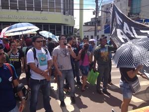 Classe se reuniu na frente do Teatro das Bacabeiras, em Macapá (Foto: John Pacheco/G1)