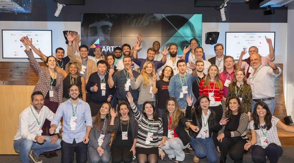 Empreendedores com a equipe da Artemísia: impacto social (Foto: Divulgação)