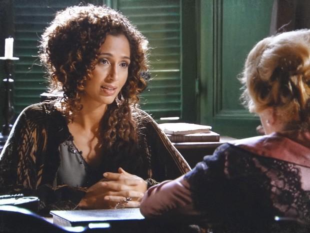 Isabel tenta descobrir detalhes da história de Diva Celeste (Foto: Lado a Lado / TV Globo)