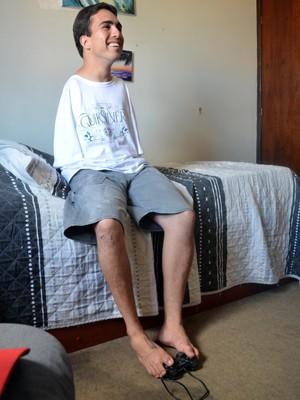 Lucas Abreu jogando vídeo game em seu quarto (Foto: Tiago Campos / G1)