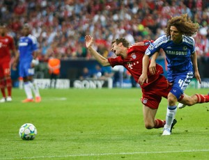 Thomas Mueller do Bayern de Munique e David Luiz do Chelsea (Foto: Reuters)