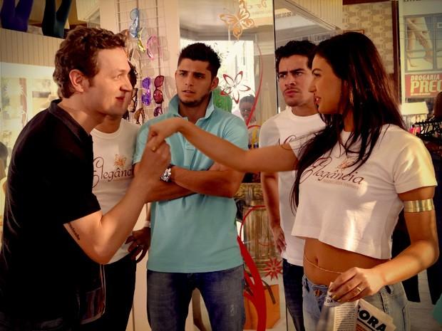 Suelen fica toda boba e aceita o convite para estrelar um ensaio nu (Foto: Avenida Brasil/TV Globo)