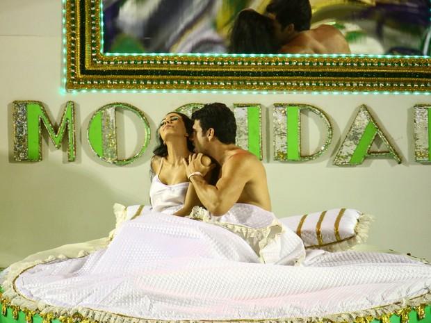 Casal cama no desfile da Mocidade (Foto: Rodrigo Gorosito/G1)