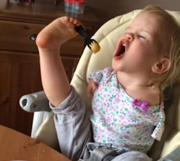Vasilina comendo pela primeira vez com os pés (Foto: Reprodução Facebook)