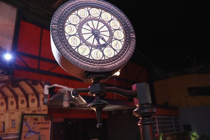 Relógio traz veracidade ao cenário (Foto: Raphael Dias/Gshow)
