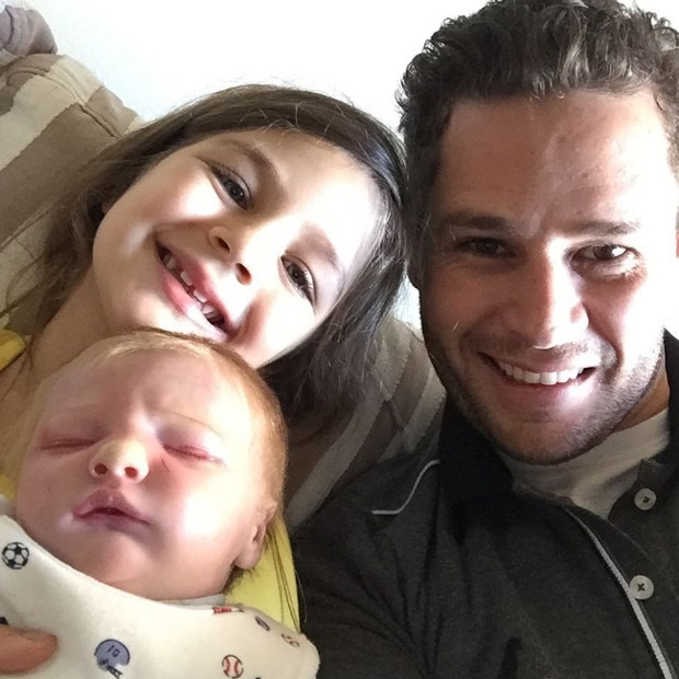 Pedro Leonardo com a filha, Maria Vitória, e o 'neto' (Foto: Reprodução/Instagram)