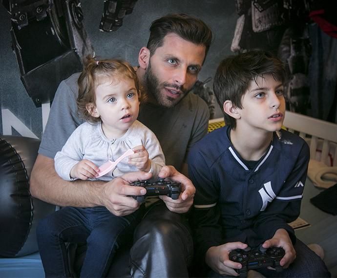 Olhos vidrados na telinha! Henri, Lucas e até Duda passam o tempo juntos jogando video game (Foto: Raphael Dias/Gshow)