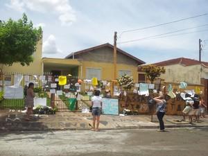 Casa do menino Joaquim é tomada de cartazes e brinquedos em homenagem ao garoto em Ribeirão Preto (Foto: Fernanda Testa/G1)