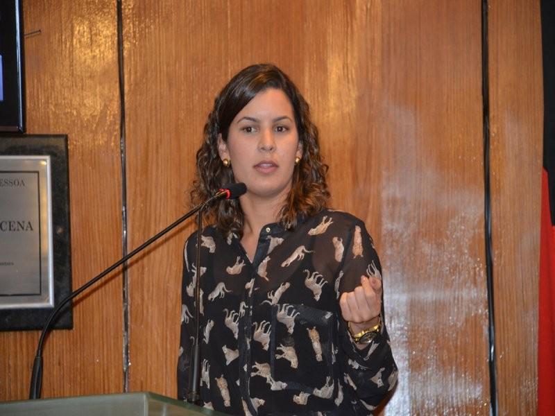 Coordenadora de comunicação da Rede Paraíba, Carol Marques, durante discurso no plenário (Foto: Olenildo Nascimento/CMJP)