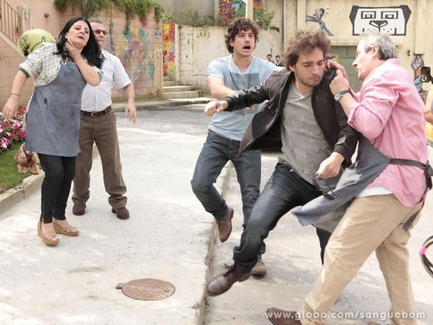 O pessoal da Casa Verde se une e enxota o mau caráter dali (Foto: Sangue Bom/TV Globo)