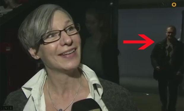 Homem ficou sem jeito ao notar que TV dinamarquesa entrevistava mulher (Foto: Reprodução/YouTube/EmilFrom)