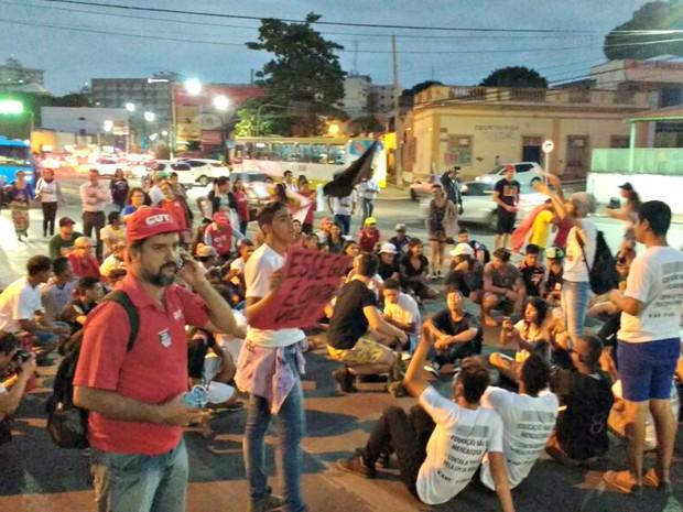 Segundo a PM, cerca de 150 pessoas participaram de ato contra o governo Temer em Cuiabá (Foto: Renê Dióz/G1)
