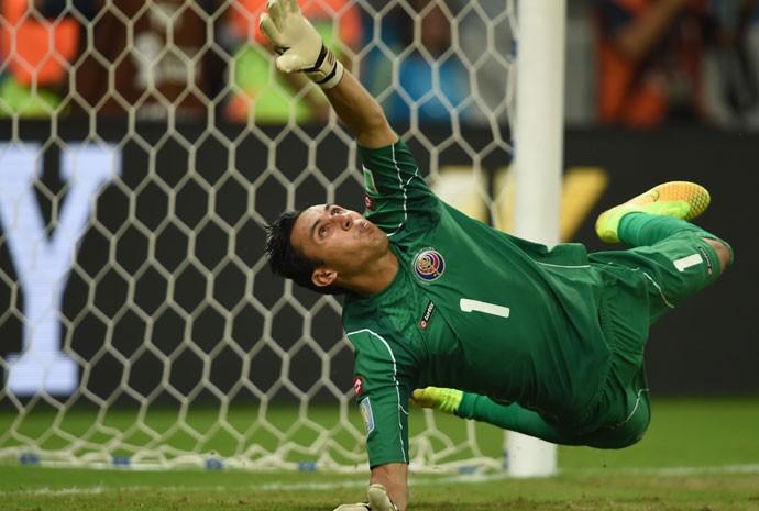 O mexicano Keylor Navas defende pênalti em jogo contra a Grécia