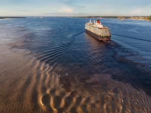 Navio passa pelo Encontro das Águas (Foto: Divulgação/Cunard)