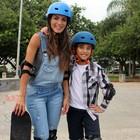 Carla Prata se arrisca no skate com o filho (Arquivo Pessoal)