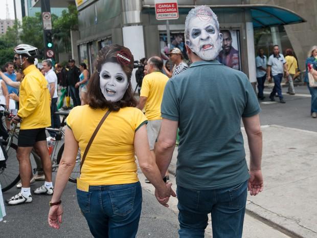 SÃO PAULO - Casal leva fotos de Lula e Dilma durante protesto na Avenida Paulista (Foto: Alexandre Moreira/G1)