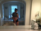 Khloe Kardashian abaixa short e mostra abdômen lisinho