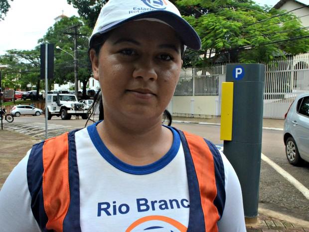 Géssica Ferreira conta que monitoras são ameaçadas diariamente por flanelinhas.  (Foto: Veriana Ribeiro/G1)