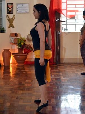 Professora Ellen Hanna ensina a dança em sua academia no Centro de Varginha. (Foto: Samantha Silva / G1)