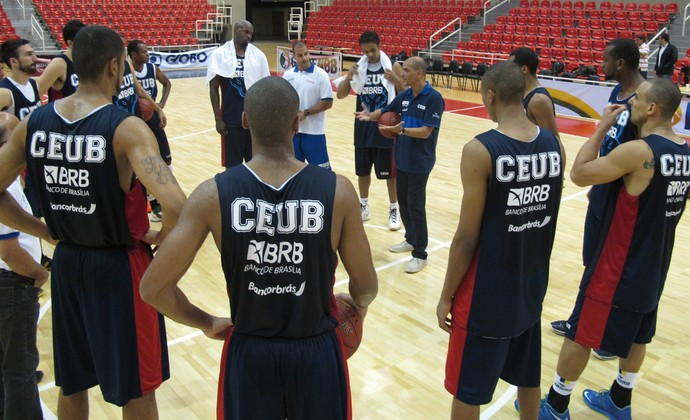 Sergio Hernandez conversa com o grupo do Brasília em treino na Arena da Barra (Foto: Marcos Paulo Rebelo)