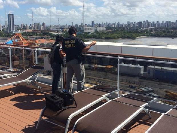 Investigadores fizeram perícia no local de onde o turista teria pulado (Foto: Divulgação / PF)