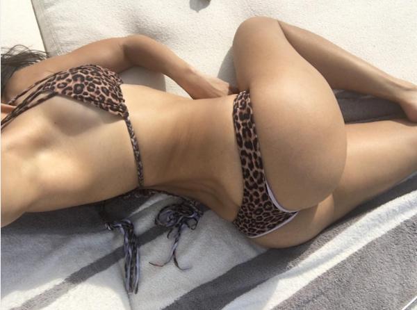 O selfie de Kourtney Kardashian com biquíni de oncinha (Foto: Instagram)