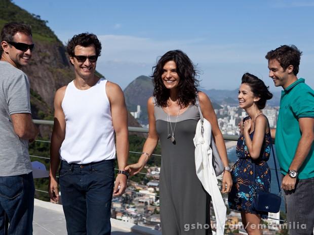 Manu Gavassi e Ronny Kriwatt se divertem com os colegas e o diretor Leonardo Nogueira (Foto: Inácio Moraes/TV Globo)