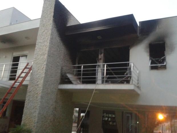 Chamas atingiram dois quartos da casa (Foto: Corpo de Bombeiros/Divulgação)