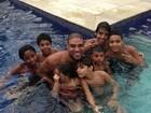 Adriano aparece cercado de crianças em piscina